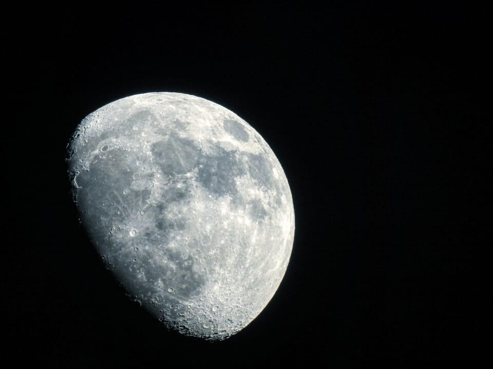 fotografia dettaglio della luna